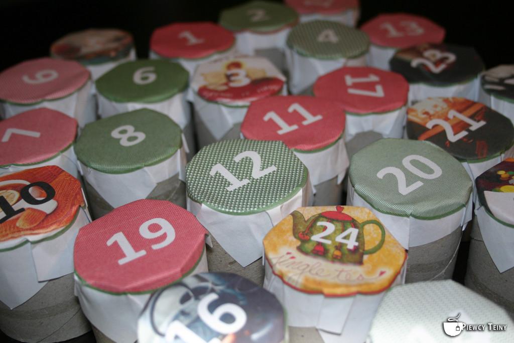 Każdą połowę rolki okleiłam zjednej strony kolorowym papierem zróżnymi liczbami od1 do24. Będę je potem przerywać aby dostać się doherbaty nadany dzień!