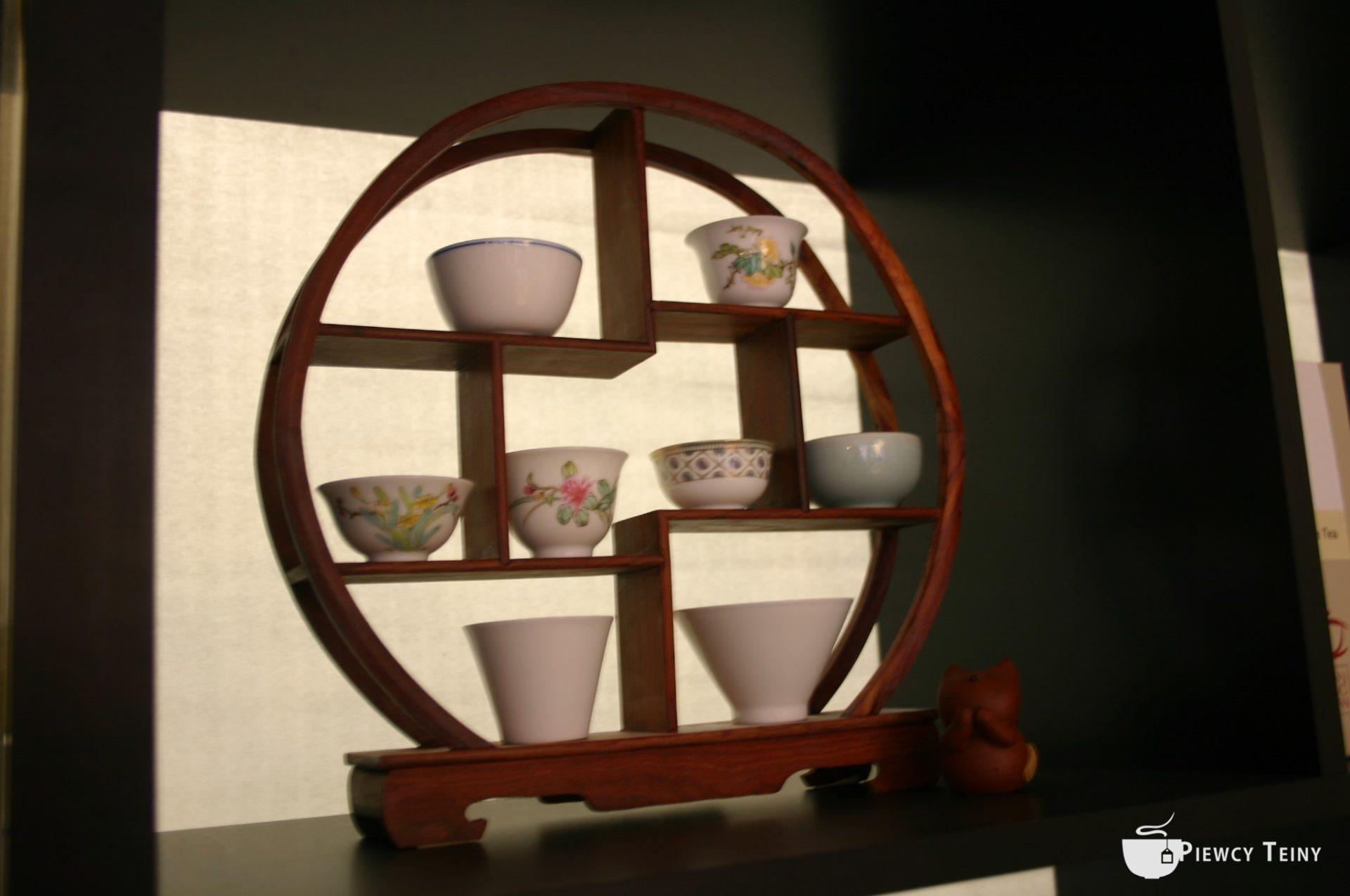 Okrągły regał herbaciany.