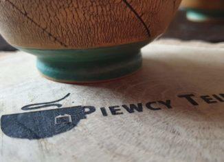 Wypalone na drewnie logo Piewców Teiny