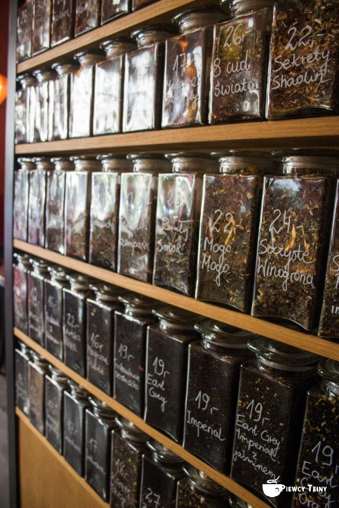 Ściana herbacianych słojów. Widzisz herbatę, którą lubisz?